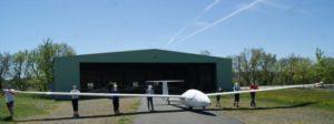 Les élèves sortent un planeur du hangar